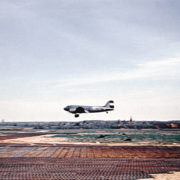 Vliegtuig KLM DC4 stijgt op, ijzeren matten